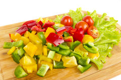 Cortes cúbicos de la pimienta fresca con los tomates del cherr? Imagen de archivo libre de regalías