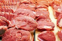 Cortes de carne frescos no carniceiro Fotos de Stock Royalty Free