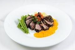 Cortes de la carne con las verduras y la salsa Imágenes de archivo libres de regalías