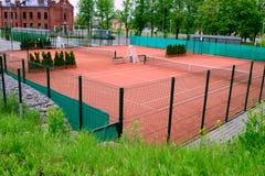 Cortes de tênis na cidade foto de stock royalty free