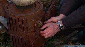 Cortes de un hombre y madera el tajar con un hacha metrajes