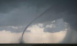 Cortes do furacão através do campo de exploração agrícola Foto de Stock