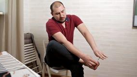 Cortes do homem seu close-up das unhas do p? Um homem faz-se um pedicure em casa no assoalho filme
