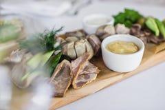 Cortes frios em uma placa de desbastamento de madeira Banquete no restaurante imagens de stock