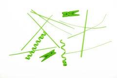 Cortes, partes e pregadores de roupa do papel verde no branco Imagem de Stock Royalty Free