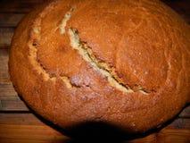 Corteza rubicunda con ucraniano fresco-cocido del pan Foto de archivo