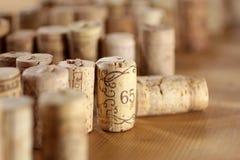 Cortiça arranjadas na mesa de madeira Imagens de Stock Royalty Free