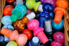 Cortiça de vidro coloridas na venda em Italy imagem de stock