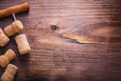 Cortiça do champanhe e do corkscrew no vintage de madeira Fotografia de Stock Royalty Free