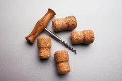 Cortiça do corkscrew e do vinho do vintage em uma luz - fundo cinzento Foto de Stock