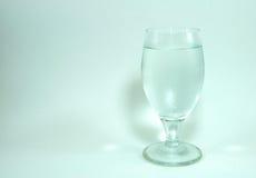 Cortiça do vidro e do champanhe de vinho no fundo branco imagens de stock