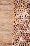 Cortiça do vinho em de madeira imagem de stock