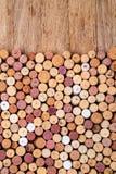 Cortiça do vinho em de madeira foto de stock royalty free