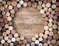 Cortiça do vinho em de madeira fotografia de stock royalty free