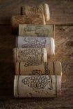 Cortiça do vinho no fundo de madeira, ponto do foco seletivo Imagens de Stock Royalty Free
