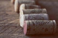 Cortiça do vinho no fundo de madeira velho, ponto do foco seletivo Fotografia de Stock