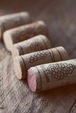 Cortiça do vinho no fundo de madeira velho, ponto do foco seletivo Fotografia de Stock Royalty Free