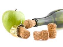 Cortiça, maçã e garrafa do champanhe imagem de stock