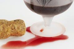 Cortiça para fora derramada do vinho, a de vidro e a winy Imagem de Stock