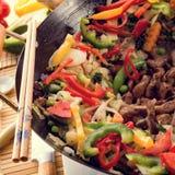 Corti del wok con carne fotografie stock