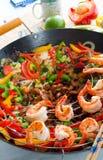 Corti del wok con carne immagine stock
