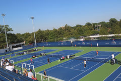 Corti rinnovate di pratica a Billie Jean King National Tennis Center pronta per il torneo di US Open Fotografia Stock Libera da Diritti