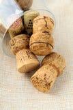 Cortiça dos frascos do vinho no vidro Imagem de Stock