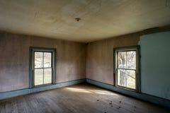 Cortijo abandonado con el vintage Windows y pisos de madera y verde y papel pintado de Brown imagen de archivo libre de regalías