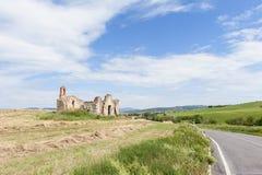 Cortijo abandonado a lo largo de la carretera nacional en Toscana Imagenes de archivo