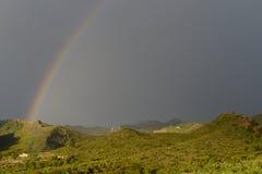 Cortijo en el extremo de un arco iris, Cataluña, España imagenes de archivo