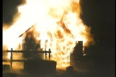 Cortijo engullido en llamas en la noche metrajes