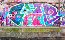 Cortile abbandonato con i graffiti astratti Immagini Stock