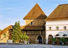 Cortile al vecchio castello nel centro storico Transferrina Slovenia fotografie stock