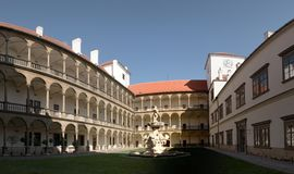 Cortile del castello in città Bucovice in repubblica Ceca Fotografia Stock Libera da Diritti