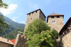 Cortile del castello del Tirolo e torre interni in Tirolo, Tirolo del sud Fotografie Stock