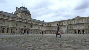 Cortile del museo del Louvre a Parigi video d archivio