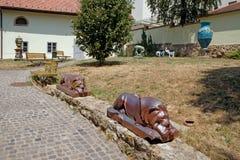 Cortile del museo di Zsolnay con le sculture a Pecs Ungheria Fotografia Stock