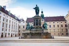 Cortile del palazzo di Hofburg con il monumento di Franz I dell'imperatore Fotografie Stock Libere da Diritti