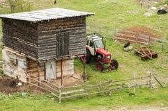 Cortile dell'azienda agricola con il trattore Fotografia Stock Libera da Diritti