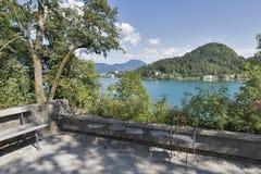 Cortile dell'isola Bled con la vista sopra la città ed il lago Fotografia Stock
