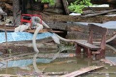 Cortile della casa della famiglia completamente distrutto durante il disastro naturale con la pompa idraulica di benzina industri fotografia stock