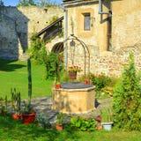 Cortile della chiesa fortificata medievale del sassone in Calnic, la Transilvania Fotografie Stock