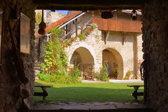 Cortile della chiesa fortificata medievale del sassone in Calnic, la Transilvania Immagine Stock Libera da Diritti