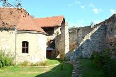 Cortile della chiesa medievale fortificata del sassone in Calnic, casa di TransylvaniTypical nel villaggio Calnic, la Transilvani Fotografie Stock