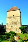 Cortile della chiesa medievale fortificata del sassone in Calnic, casa di TransylvaniTypical nel villaggio Calnic, la Transilvani Fotografia Stock Libera da Diritti
