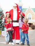 Cortile di Santa Claus With Children Standing In Immagine Stock Libera da Diritti