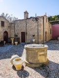 Cortile e bene alla chiesa antica rhodes La Grecia Fotografia Stock