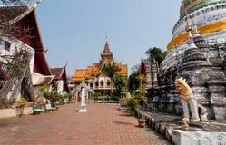 Cortile e struttura buddista di stupa del tempio in Chiang Mai, Tailandia Immagini Stock