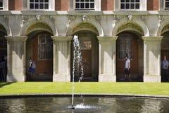 Cortile a Hampton Court Palace che originalmente è stato costruito per il cardinale Thomas Wolsey 1515, più successivamente fotografie stock