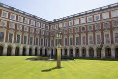 Cortile a Hampton Court Palace che originalmente è stato costruito per il cardinale Thomas Wolsey 1515, più successivamente fotografia stock